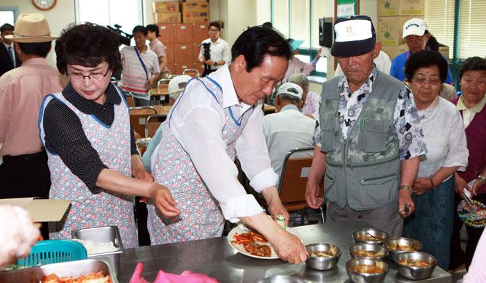 ▲ 김주수 의성군수가  1일 노인복지관을 방문해 급식 봉사활동을 하고 있다.