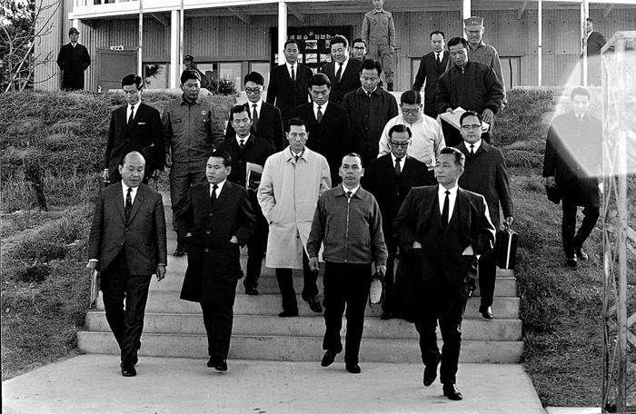▲ 박정희 대통령(앞줄 오른쪽)과 박태준(앞줄 오른쪽 두번째) 씨 모습.