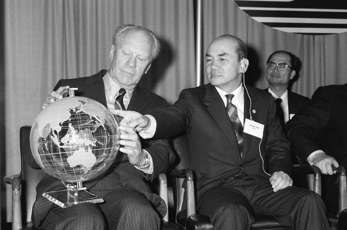 ▲ UPI 준공식장에서 전 미국 대통령 포드와 나란히 앉은 박태준.1986년.