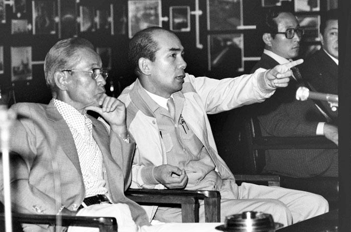 ▲ 1976년에 포철을 방문한 삼성그룹 이병철 회장(왼쪽)