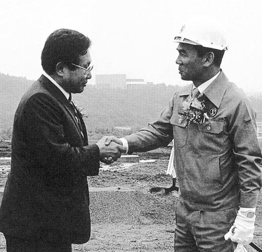 ▲ 포항공대 기공식장에서 공사의 막을 올린 박태준과 김호길 포항공대 초대총장 (왼쪽).1985년.