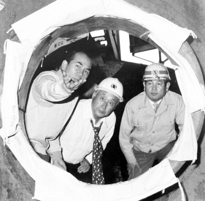 ▲ 건설 중인 제3고로 풍구에서 선우휘(가운데)에게 설명하는 박태준.1978년.