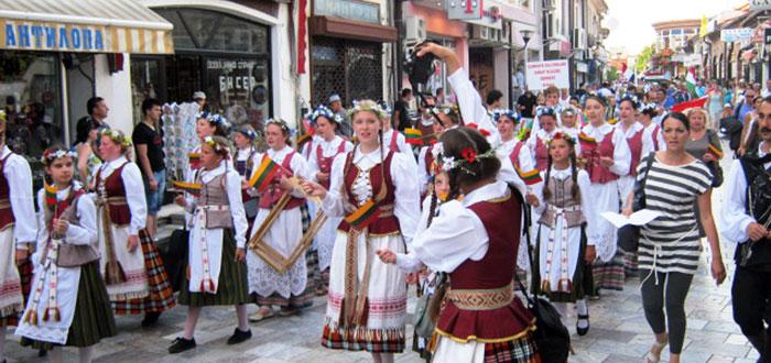 ▲ 전통축제를 즐기는 동유럽 사람들.