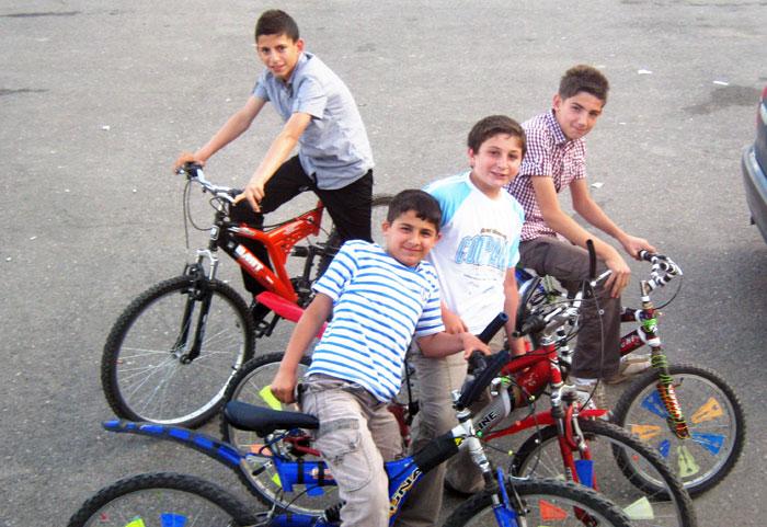 ▲ 여행자에게 순진한 미소를 보내준 세르비아의 아이들.