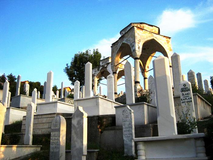 ▲ 사라예보를 둘러싼 야트막한 산은 학살당한 사람들의 공동묘지로 조성돼 있다.