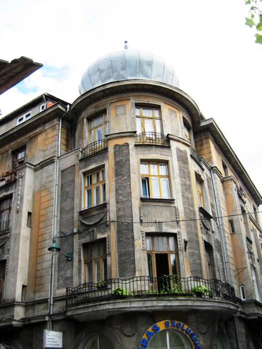 ▲ 내전 당시의 총탄 자국을 어렵지 않게 발견할 수 있는 사라예보의 건물들.