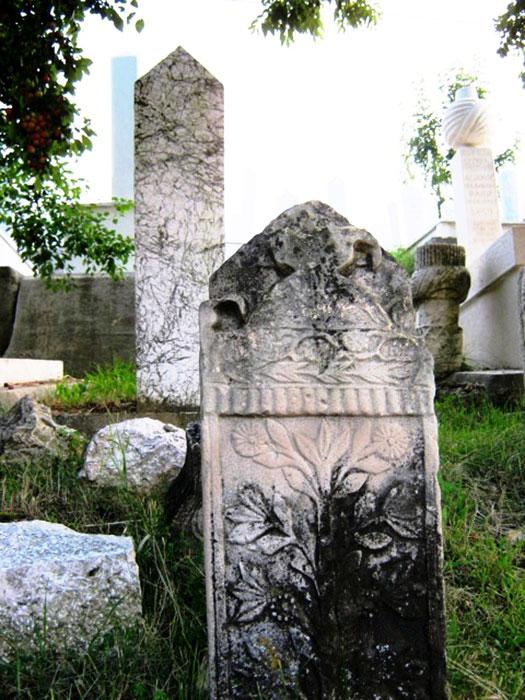 ▲ 짙은 녹색 이끼로 덮인 사라예보 공동묘지의 비석.