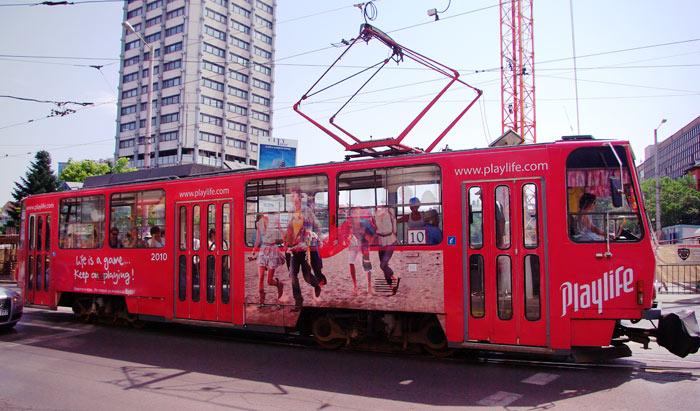 ▲ 화려하게 장식된 트램이 불가리아 거리를 오가고 있다.