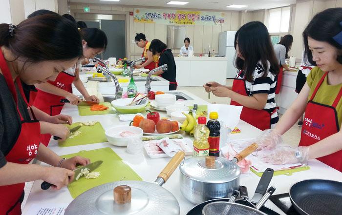▲ 행복한 밥상 만들기 요리교실에 참가한 임산부들이 요리 만들기에 열중하고 있다.                                                                                                                                 /김천시 제공
