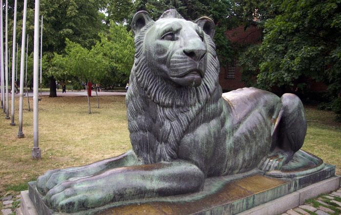 ▲ 무섭다기보다는 귀여워 보이는 소피아의 사자 동상.