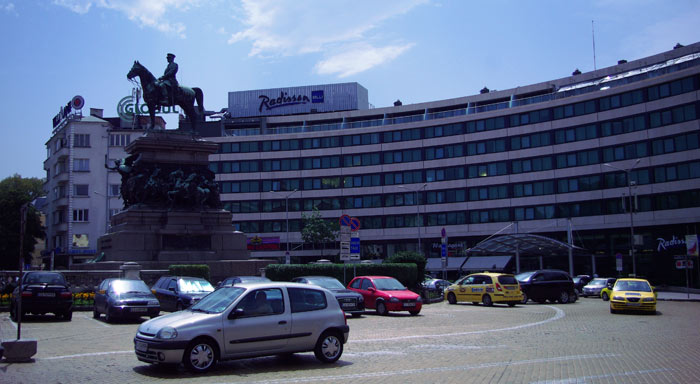 ▲ 불가리아 수도 소피아 시내. 근사하게 조각된 동상이 보인다.
