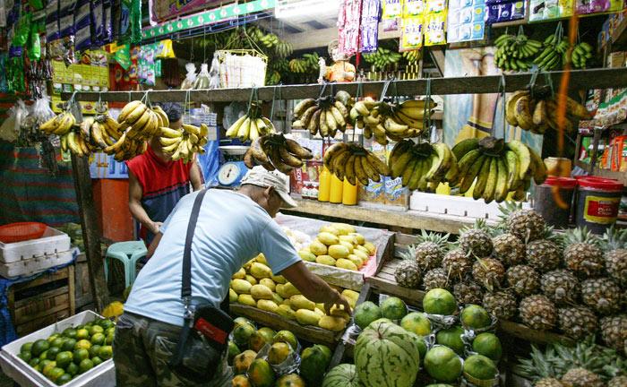 ▲ 싱싱한 열대과일이 진열된 필리핀의 조그만 상점.