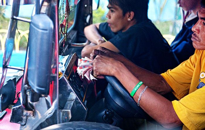▲ 네그로스 섬을 횡단하는 낡은 버스에 오른 기사와 승객들.