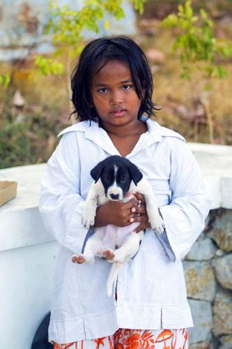 ▲ 누구나 `어린아이`였던 시절을 지나왔다. 만약 `엄마`라는 존재가 없었다면 기자의 어린 시절은 어떠했을까? 필리핀 해변에서 엄마의 손을 꼭 잡던 필리핀 꼬마.