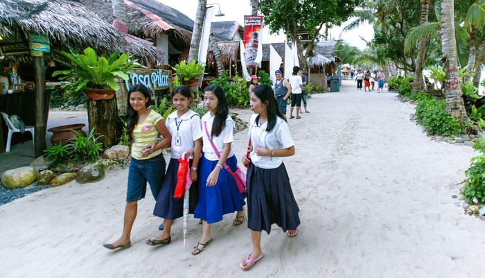 ▲ 해변에서 만난 필리핀 소녀들. 선량한 웃음이 아직도 기억난다.
