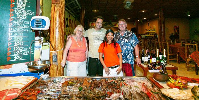 ▲ 필리핀 해변의 레스토랑. 사진 속 가족들처럼 기자와 엄마도 싱싱한 해산물 요리를 가운데 두고 오랜만에 속내를 털어놓는 시간을 가졌다.