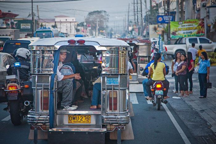 ▲ 필리핀의 버스 역할을 하는 지프니(jeepny)에 올라 각자의 목적지를 향하는 사람들.