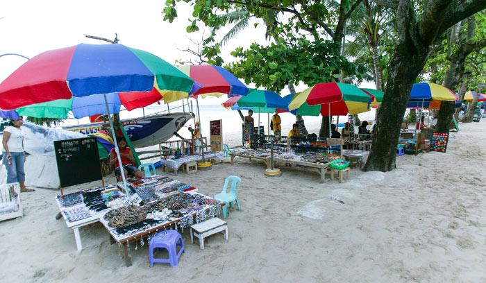 ▲ 필리핀 관광지에서 쉽게 만날 수 있는 노점상들. 여기에선 갖가지 기념품을 저렴한 가격에 살 수 있다.
