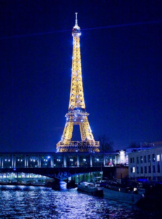 ▲ 프랑스 파리를 상징하는 건축물 에펠탑. 화려한 야간 조명이 켜졌다.