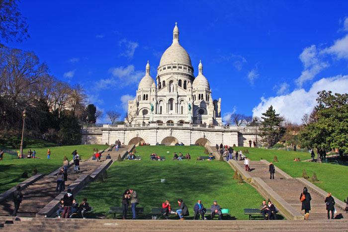 ▲ 몽마르트르 언덕의 사크레쾨르 성당 주변에서 여유를 즐기는 파리 시민들.
