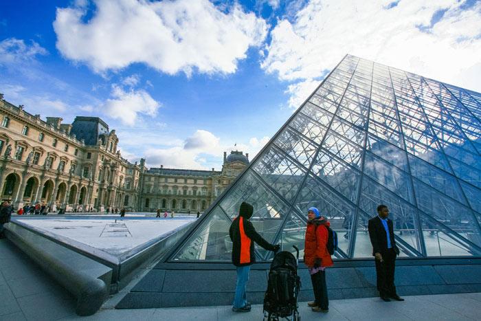 ▲ 루브르 박물관 입구. 유리로 만들어진 피라미드가 독특하다.