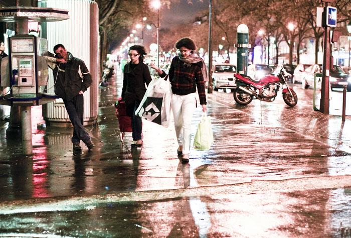 ▲ 어둠이 내린 파리 거리. 하루를 정리하고 집으로 향하는 사람들.