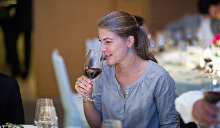 ▲ 샹젤리제 거리의 한 레스토랑. `포도주의 나라` 국민답게 와인의 향기를 맡는 파리 여인.