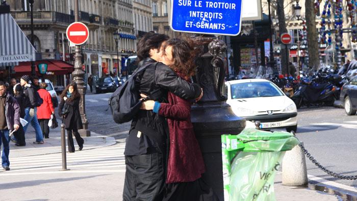 ▲ 프랑스 연인들은 애정표현에 거침이 없다. 거리에서 서로를 안고 있는 커플.