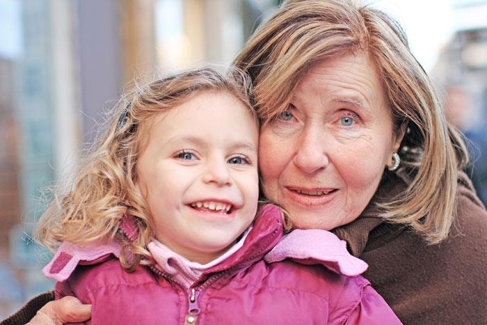 ▲ 카메라를 보자 환하게 웃음 짓는 프랑스 할머니와 손녀.
