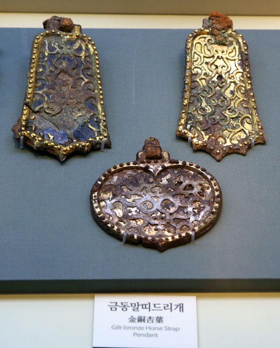 ▲ 이차돈과 법흥왕이 생존했을 당시 신라의 예술적 감각을 보여주는 금동 장신구.