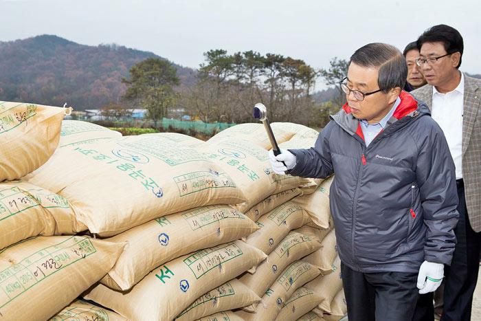 ▲ 남유진 시장이 친환경 고품질 쌀에 등급을 표시하고 있다.