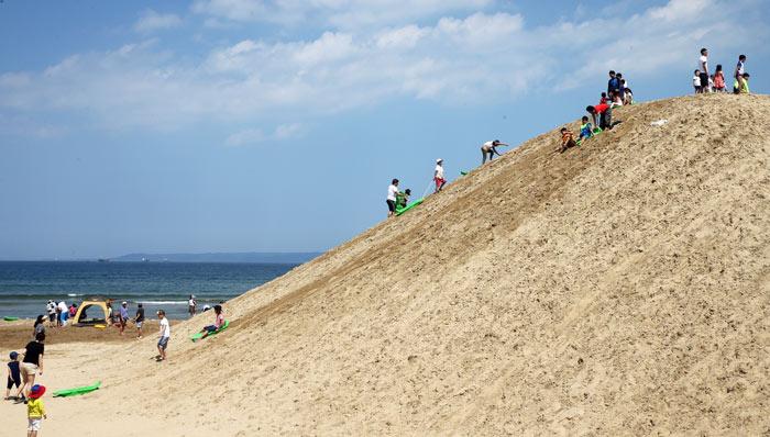 ▲ 지난해 한 공중파 프로그램에 방송돼 세간의 화제였던 영일대해수욕장의 모래썰매장이 올해도 조성된다. 전국 최고 높이의 이 모래썰매장은 가족단위 관광객에게 큰 인기를 누렸다.        /경북매일DB