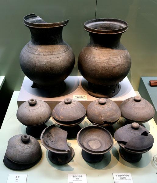 ▲ 6세기 무렵의 신라 토기. 균형감과 절제미가 당시 신라인의 예술적 감각을 짐작하게 해준다.