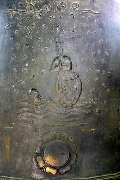 ▲ 백률사 범종에 새겨진 이차돈의 순교 장면.  떨어진 머리가 연꽃 위에 올라있다.