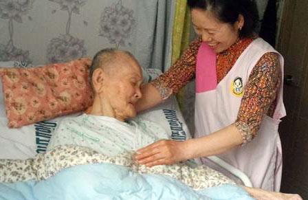 ▲ ㈜돌봄사회서비스센터가 취약계층 노인들에게 가사·활동지원서비스를 제공하고 있다.