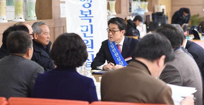 ▲ 장욱현 영주시장은 매주 수요일 민원인과 함께 `행복민원실`을 운영한다.<br /><br />