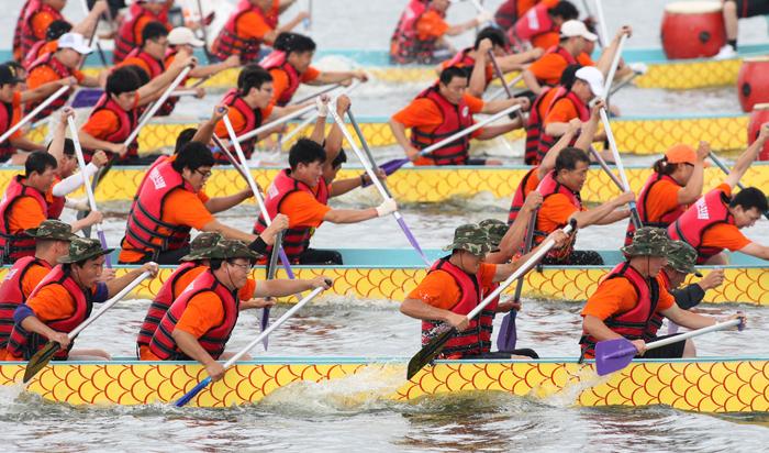▲ 오는 9월 형산강 조정경기장에서 형산강사랑 전국용선대회가 열린다. 지난해 대회에 참가한 선수들이 힘차게 물살을 가르고 있다.
