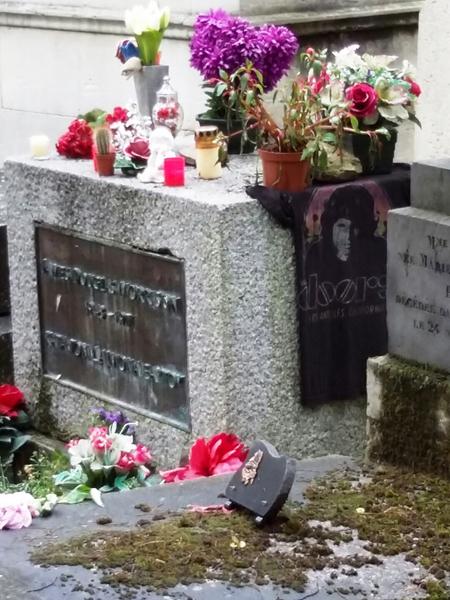 ▲ 프랑스 파리 `페르 라셰즈 공동묘지`에 자리한 짐 모리슨의 묘지.