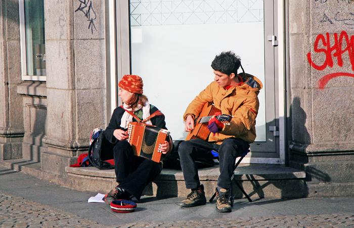 ▲ 파리 거리에선 짐 모리슨의 20대를 떠올리게 하는 거리의 예술가들을 어렵지 않게 만날 수 있다.