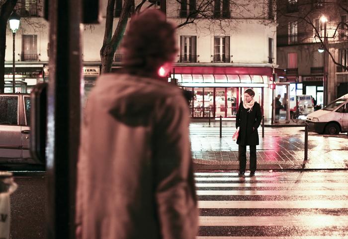 ▲ 밤이 내린 파리의 거리. 세련된 옷차림의 여성이 어둠 속에 서있다.