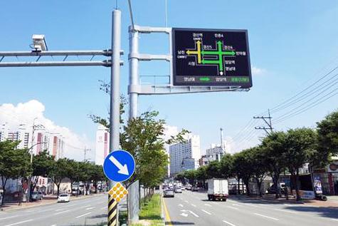 ▲ 경산시가 차량흐름 개선과 2차 사고를 줄이기 위해 도입한 지능형교통체계 중 도로 전광안내판(VMS)을 시험하고 있다.                                                                                               /경산시 제공