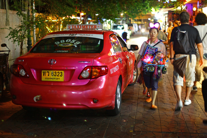 ▲ 태국 소수민족 여성이 밤늦은 시간까지 관광객을 상대로 기념품을 팔고 있다.