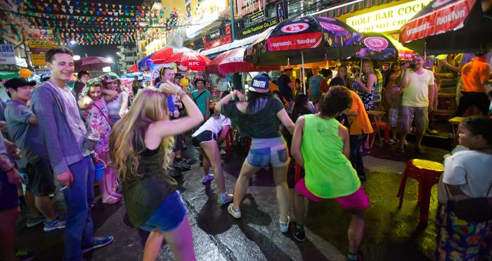▲ 방콕 카오산 로드는 젊은이들의 에너지로 넘쳐난다. 거리에서 춤추는 청년들.