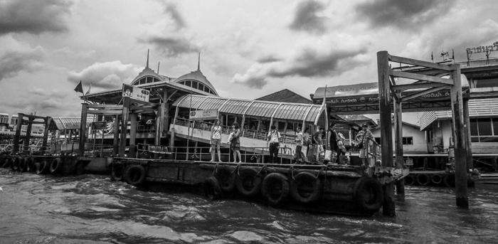 ▲ 차오프라야 보트 선착장에서 배를 기다리는 여행자들.