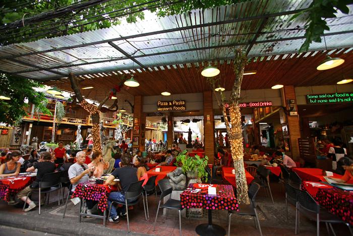 ▲ 세계 여러 나라에서 모여든 여행자들로 가득한 카오산 로드의 한 카페.