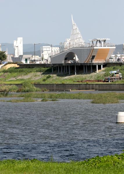 ▲ 형산강 강변에 건립 중인 에코생태탐방로 전망대 모습.         /이용선기자 photokid@kbmaeil.com