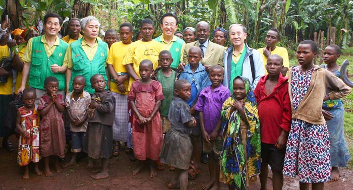 ▲ UN 아프리카 빈곤 극복 프로젝트에 새마을운동을 접목시키자는 제안에 따라 김관용 지사와 함께 아프리카를 찾았다.
