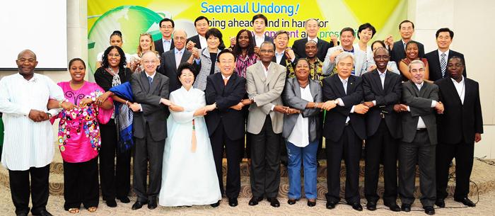 ▲ 2009년 대한민국새마을박람회에 참석한 주한 아프리카권역 대사들과 기념촬영을 하고 있다.