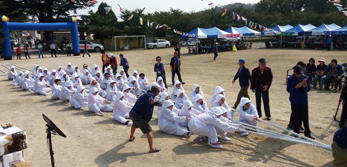 ▲ 구진마을 민속놀이인 앉은줄다리기. <br /><br />/박창원 민속학자 제공