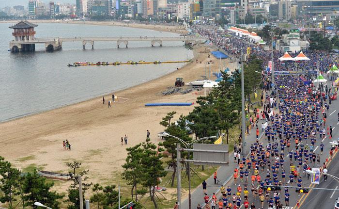 ▲ 5km에 참가한 동호인들이 힘차게 출발을 하고 있다.